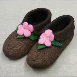 Handtovade tofflor, bruna med rosa blommor, stl 38