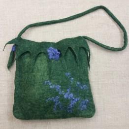 Handtovad väska med axelrem, grön med lila dekor