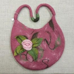 Handtovad väska med kort axelrem, rosa med en blomma
