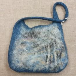 Handtovad väska med lite kortare axelrem, blå med gråa toner